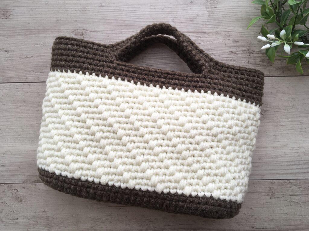 メランジテイストで編んだ斜め模様のバスケット風バッグ