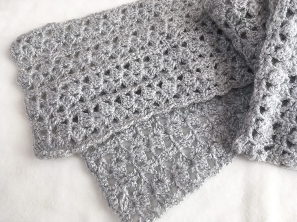 ふわふわ毛糸の模様編みマフラー