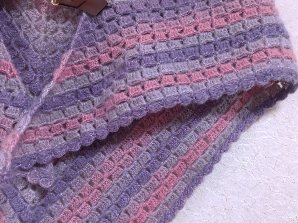 ミストヤーンで編んだ三角ショール