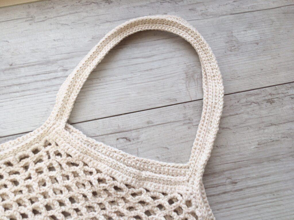かぎ針で編んだ大きめのネット編みエコバッグの持ち手