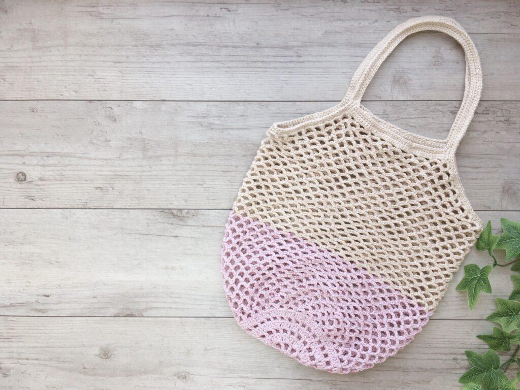 かぎ針で編んだ大きめのネット編みエコバッグ