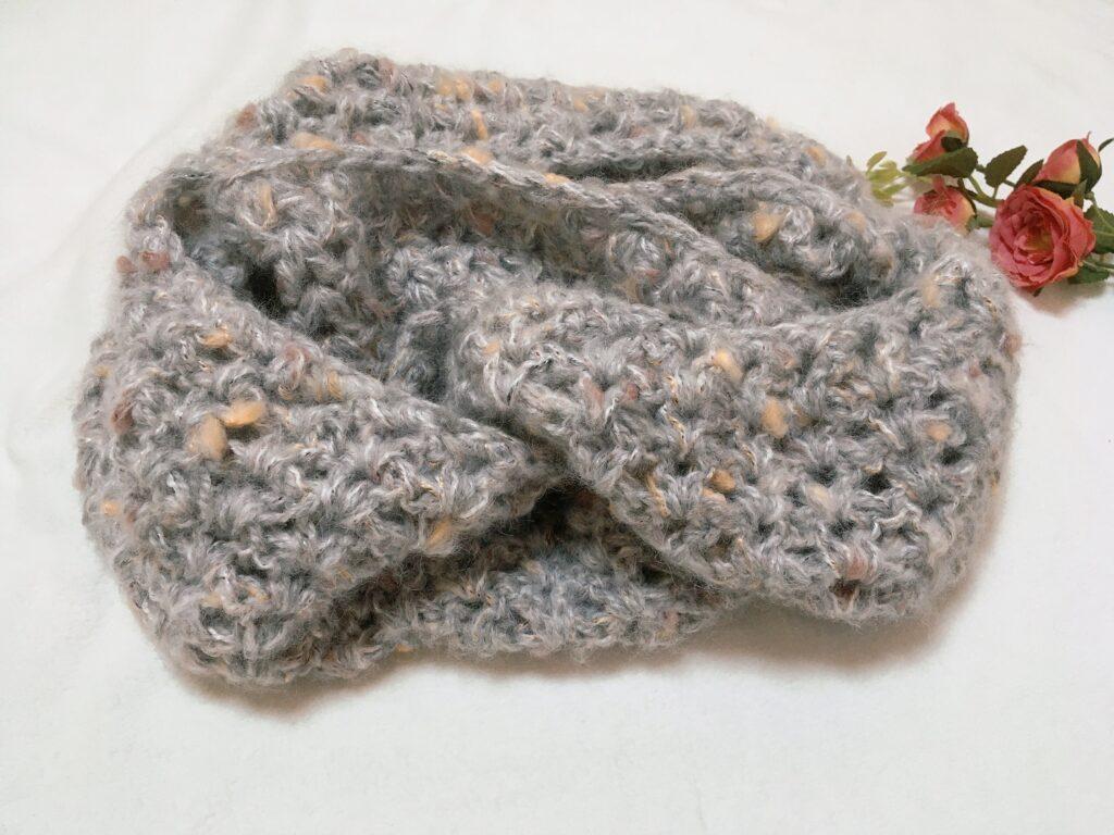 かぎ針で編んだ可愛くてふんわりしたスヌード